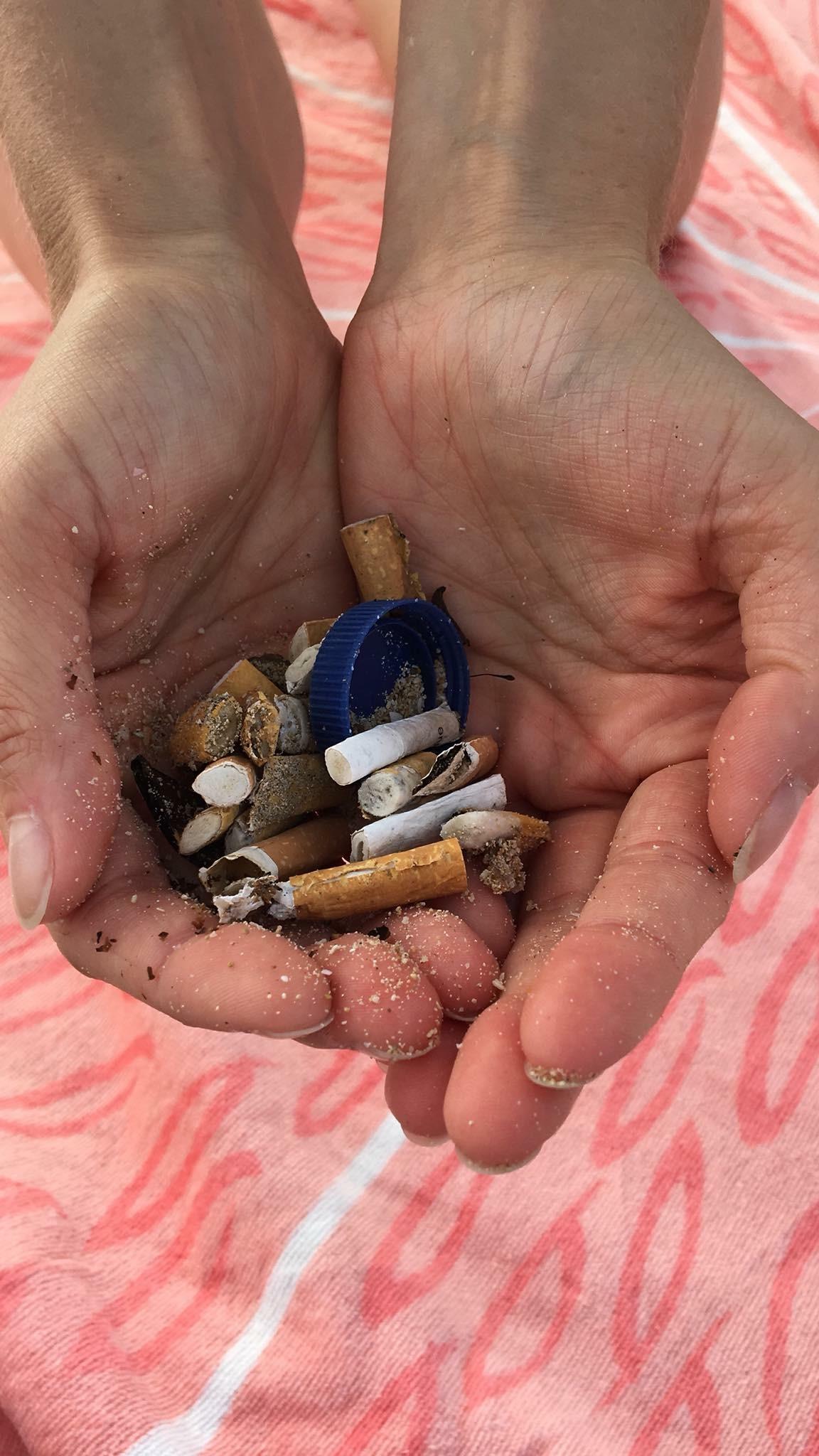 Geste écologique: ramasser les déchets sur la plage